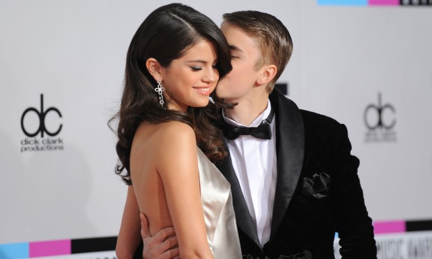 Justin-Bieber-e-Selena-Gomez-baci-e-carezze-in-un-bar-del-Texas-620x372.jpg